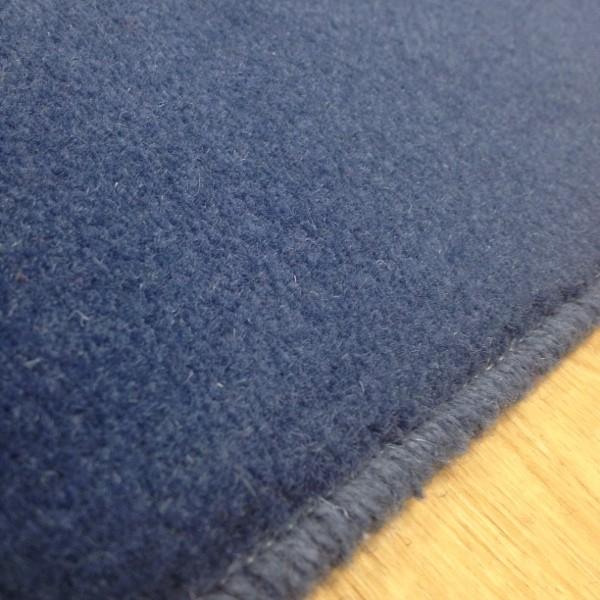 tapis sur mesure en laine couleur bleu windor. Black Bedroom Furniture Sets. Home Design Ideas