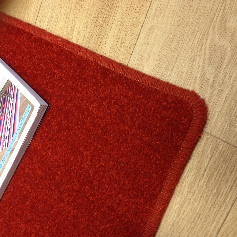 Tapis sur mesure en laine couleur rouge chin - Tapis d accueil sur mesure ...