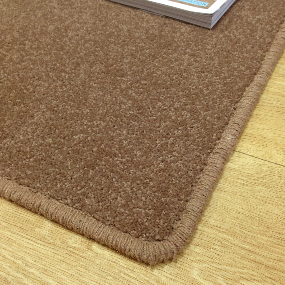tapis sur mesure en laine couleur marron taupe. Black Bedroom Furniture Sets. Home Design Ideas